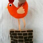 Tablier à comptines #6 : une poule sur un mur