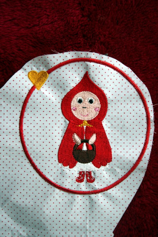 broderie machine chaperon rouge