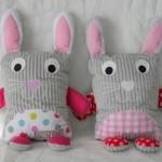 Les doudous coussins lapins nommés Louann et Clélia