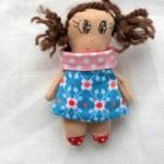 Ma maison de poupée en tissu : la poupée et la buanderie